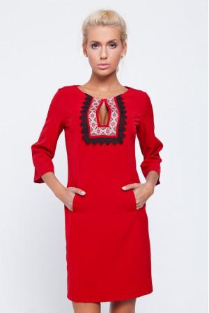 Платье красного цвета с орнаментом и кружевом