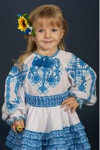 Вышиванка для девочки «Дарочка» белого цвета с голубым орнаментом