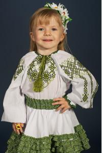 Вышиванка для девочки «Дарочка» белого цвета с зеленым орнаментом