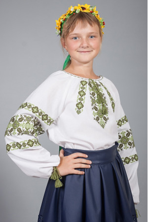 Вышиванка для девочки «Галочка» белого цвета с зеленым орнаментом
