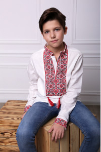 Вышиванка для мальчика «Лабиринт» белого цвета