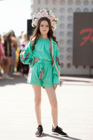 Вышитый комбинезон для девочки «Летняя нежность» мятного цвета