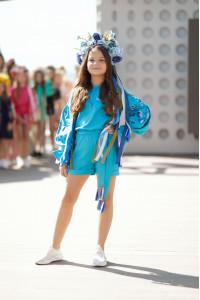 Вышитый комбинезон для девочки «Летняя нежность» голубого цвета