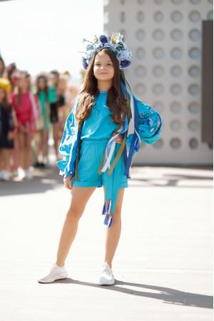 Вишитий комбінезон для дівчинки «Літня ніжність» блакитного кольору