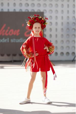 Вишитий комбінезон для дівчинки «Казковий» червоного кольору