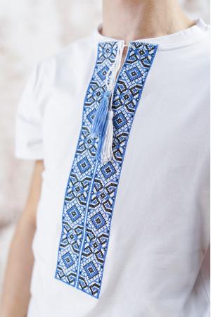 Футболка «Лабиринт» белого цвета с голубой вышивкой