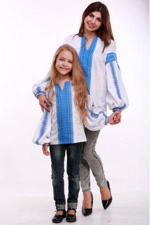 Вышиванка для девочки «Думка» белая с голубым орнаментом