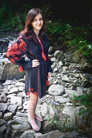 Платье «Чудо-цветок» с вышивкой красного цвета