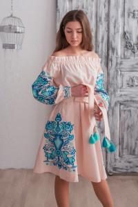 Платье «Аврора» пудрового цвета с синей вышивкой