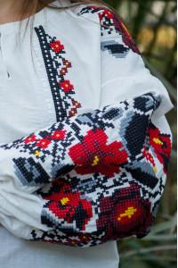 Вышиванка «Анастасия» белого цвета с черной вышивкой