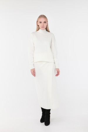 Свитер «Камелия» белого цвета