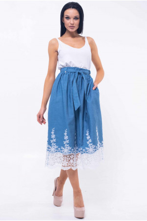 Костюм «Хилтон-Камилла»: майка белого цвета и юбка голубого цвета