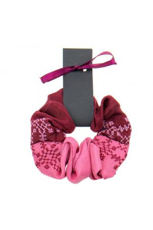 Вышитая резинка для волос розовая с бордовым