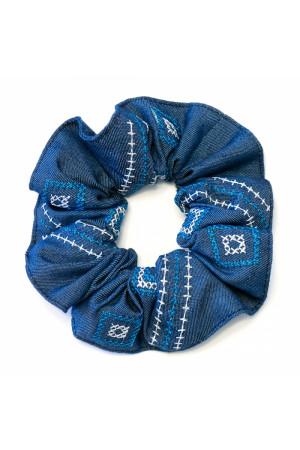 Резинка для волос синего цвета с вышивкой
