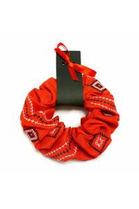 Резинка для волос красного цвета с вышивкой