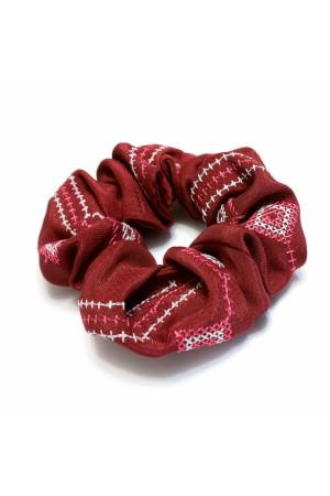 Резинка для волос вишневого цвета с вышивкой