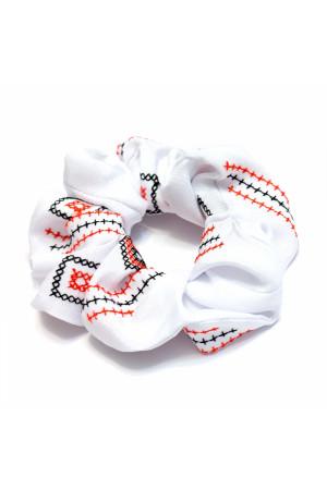 Резинка для волос белого цвета с вышивкой