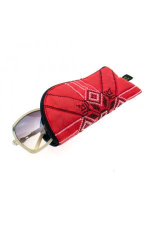 Вышитый чехол для очков красного цвета