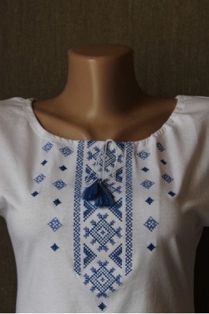 Футболка «Святкова» біла з вишивкою блакитного кольору