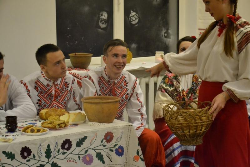 Традиційно вечорниці проводились в оселі літньої жінки 402da7819ff75