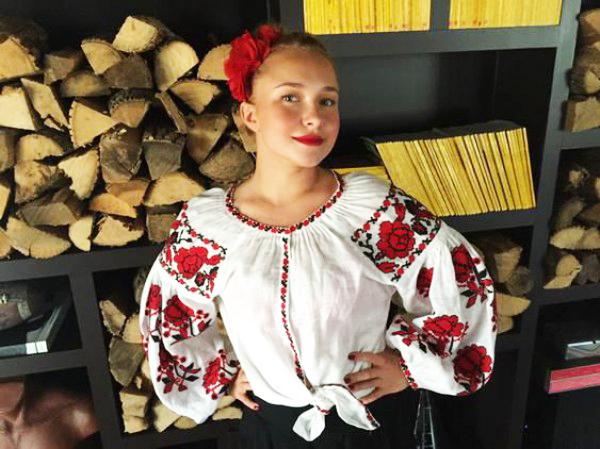 379495e4153e60 Українські та іноземні селебрітіз, світові будинки моди (Valentino, D&G та  інші) зробили свій вибір на користь українського етнічного одягу, а  популярність ...