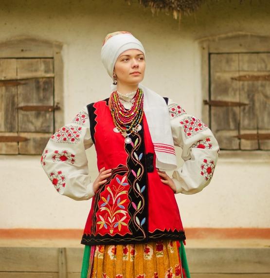 Для українських жіночих сорочок характерна вишивка по краю подолу c5e0597026c22