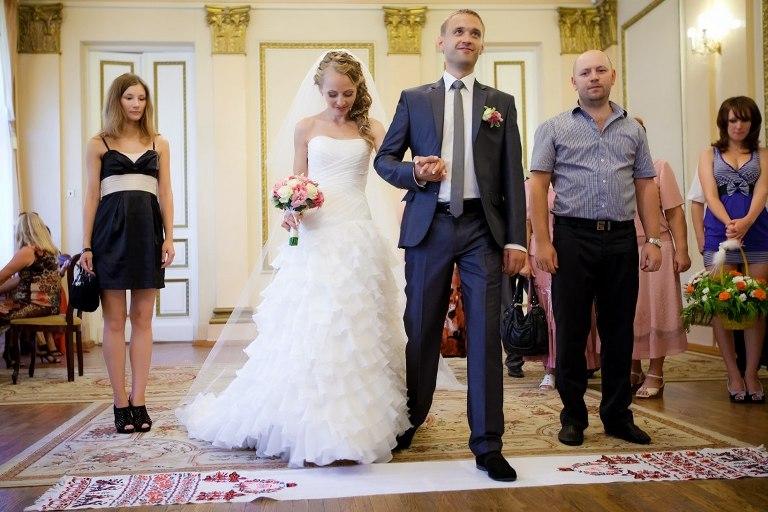 Неможливо уявити українське весілля без весільних рушників. Один з найбільш  хвилюючих моментів урочистості - це коли молоді разом встають на вишитий ... 40dba50d89f11