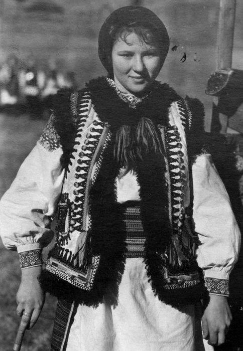 Український традиційний костюм в багатьох рисах нагадує костюм інших  східних слов ян. Чоловічий одяг в своїй основі складається з сорочки і  штанів. 7d811683eb9fb